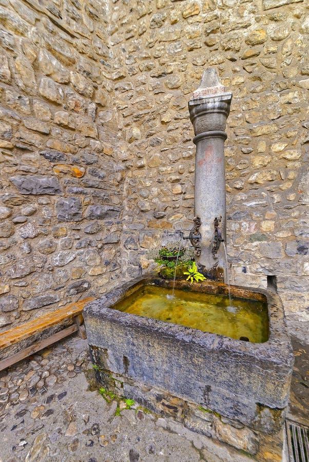 Fuente con el agua potable en el patio del castillo de Chillon imagenes de archivo