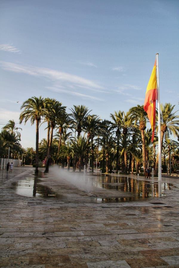 Fuente con la bandera española colosal en Elche imágenes de archivo libres de regalías