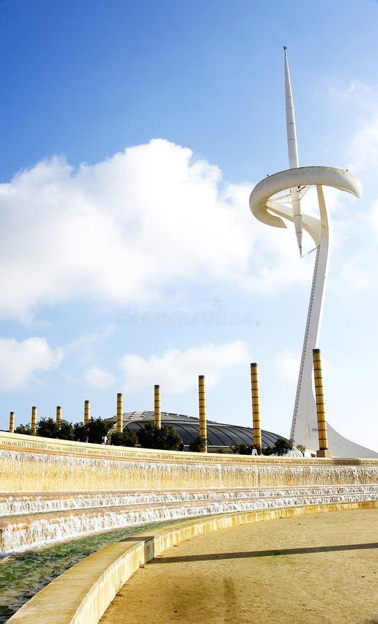 Fuente con la cascada y la antena artificiales de las telecomunicaciones en el anillo olímpico de Barcelona imagenes de archivo