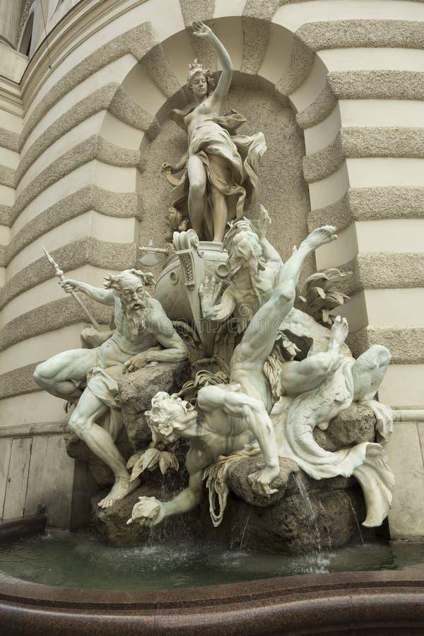 Fuente con la escultura clásica imagen de archivo libre de regalías