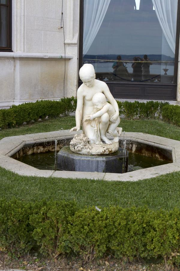 Fuente con las estatuas de una mujer en el castillo de Miramare en Trieste fotografía de archivo