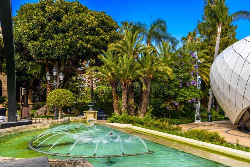 Fuente con las palmas en el parque de La Condamine, Monte Carlo, Mónaco, Cote d'Azur, riviera francesa imagenes de archivo