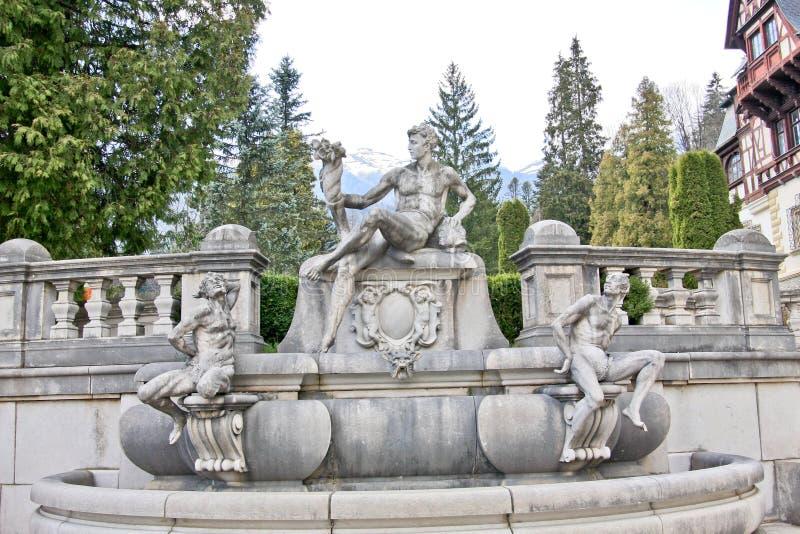 Fuente con tres estatuas en el castillo de Peles, Rumania imágenes de archivo libres de regalías