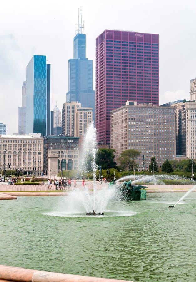 Fuente conmemorativa de Buckingham con los rascacielos en fondo en Chicago Grant Park, los E.E.U.U. foto de archivo libre de regalías