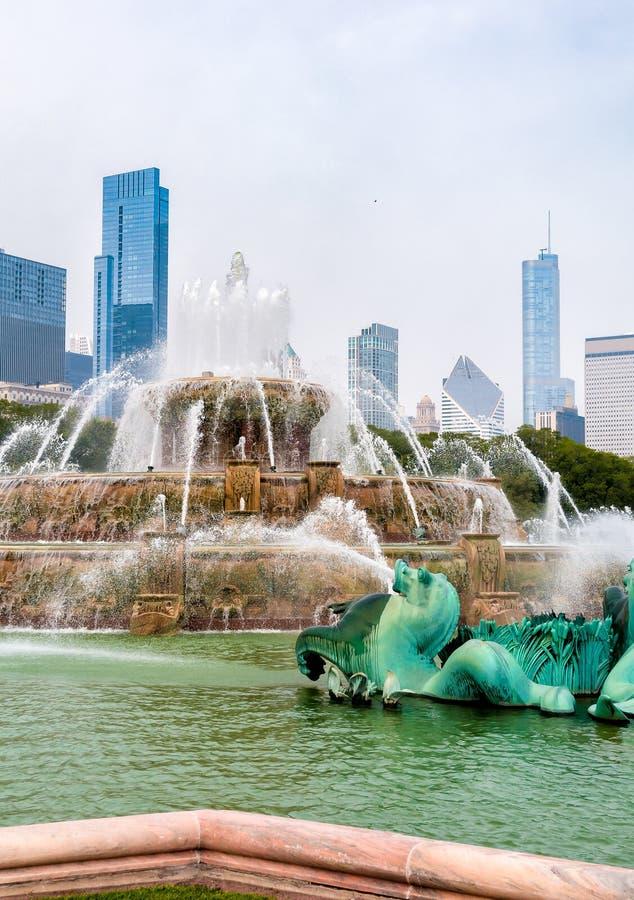 Fuente conmemorativa de Buckingham con los rascacielos en fondo en Chicago Grant Park, los E.E.U.U. imagen de archivo libre de regalías