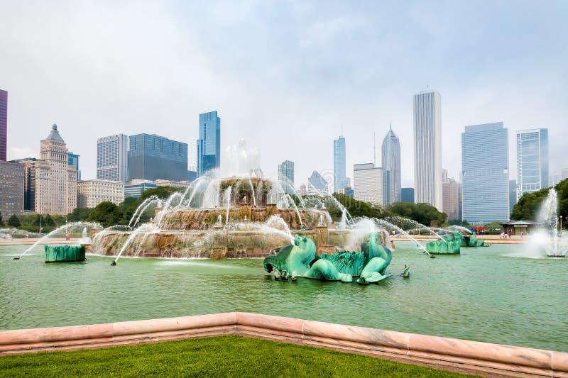 Fuente conmemorativa de Buckingham con los rascacielos en fondo en Chicago Grant Park, los E.E.U.U. foto de archivo
