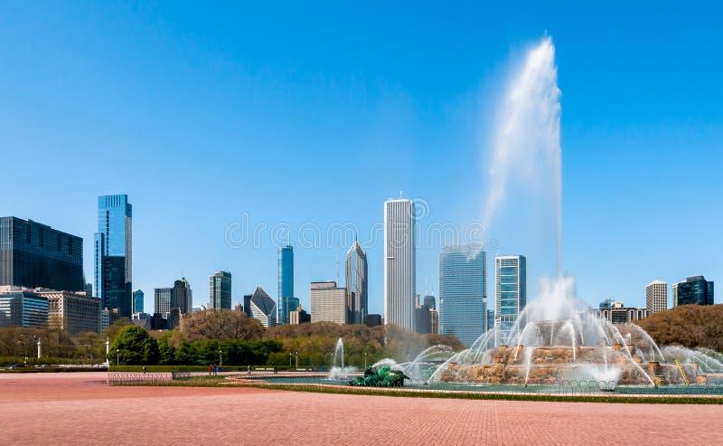 Fuente conmemorativa de Buckingham y horizonte de Chicago fotos de archivo libres de regalías