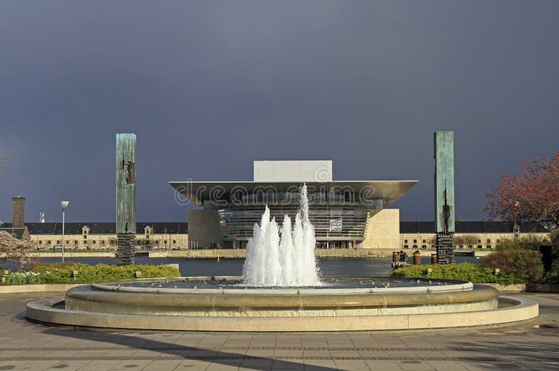 Fuente contra la perspectiva del teatro de la ópera de Copenhague fotos de archivo