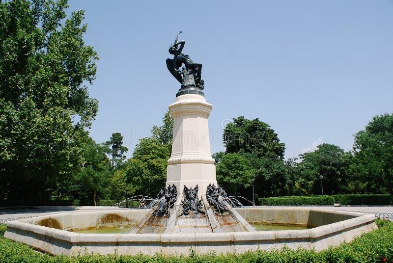 Fuente de ängel caido i Madrid arkivbilder