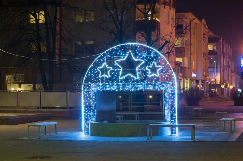 Fuente de agua con las decoraciones de la Navidad en Pruszcz Gdanski imagen de archivo libre de regalías
