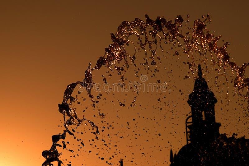 Fuente de agua en última hora de la tarde imágenes de archivo libres de regalías