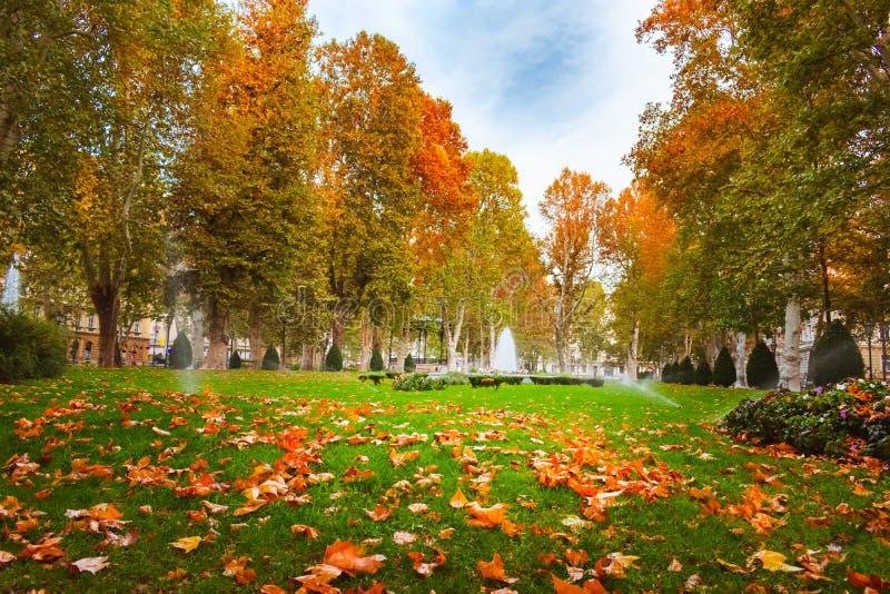 Fuente de agua en el parque de Zrinjevac en Zagreb, Croacia, en otoño foto de archivo libre de regalías