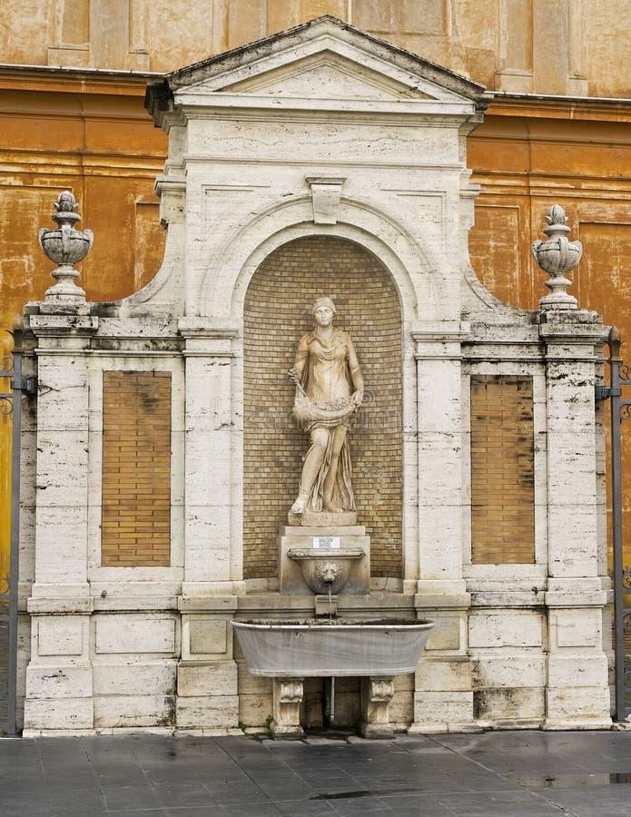 Fuente de agua en la Ciudad del Vaticano, Roma, Italia fotografía de archivo