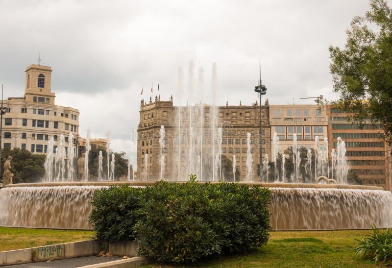 Fuente de agua en Plaça de Catalunya, Barcelona imagen de archivo libre de regalías