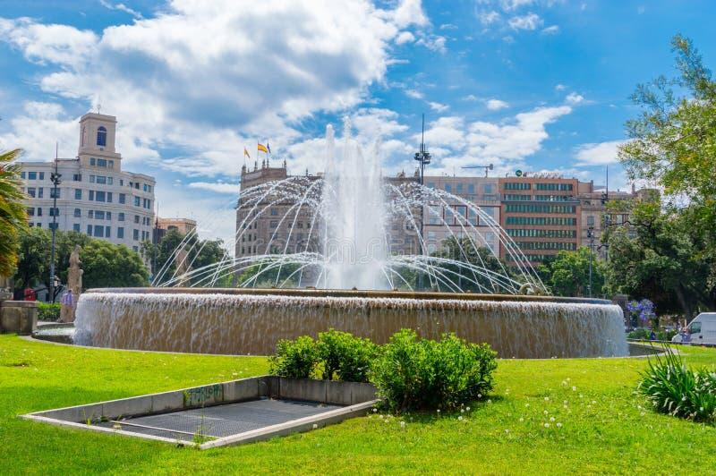 Fuente de agua en Placa de Catalunya en Barcelona fotografía de archivo libre de regalías