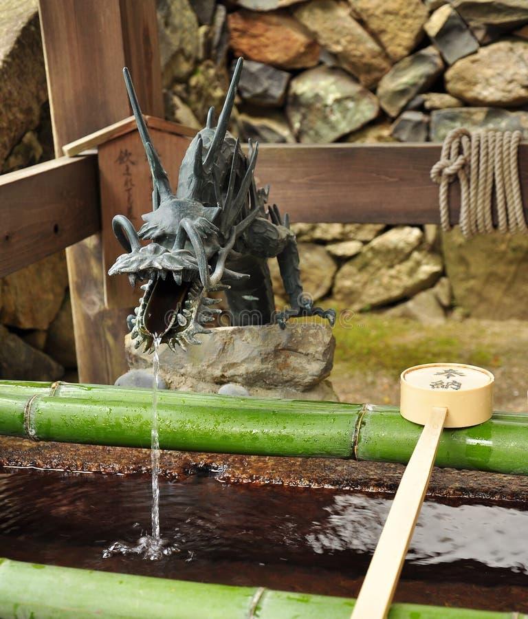 Fuente de agua japonesa del dragón del templo fotografía de archivo