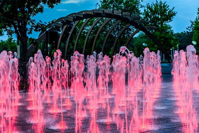 Fuente de agua roja imagenes de archivo