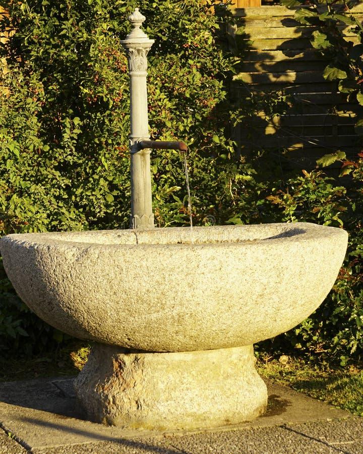 Fuente de agua, Unterseen, Suiza imagen de archivo