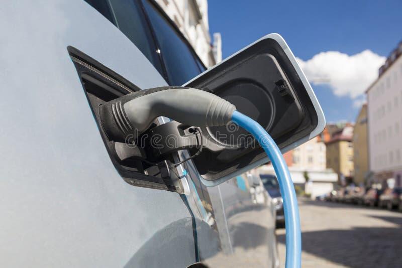 Fuente de alimentación para la carga del coche eléctrico fotografía de archivo