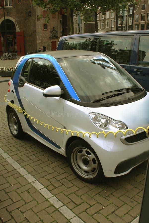 Fuente de alimentación para la carga del coche eléctrico Coche eléctrico que carga el st foto de archivo
