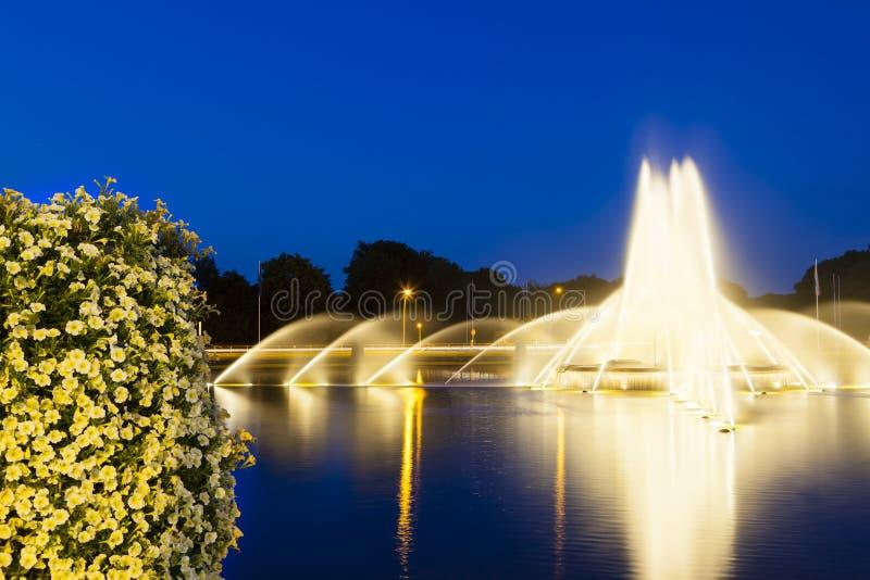 Fuente de Aquisgrán Europaplatz en la noche imagenes de archivo