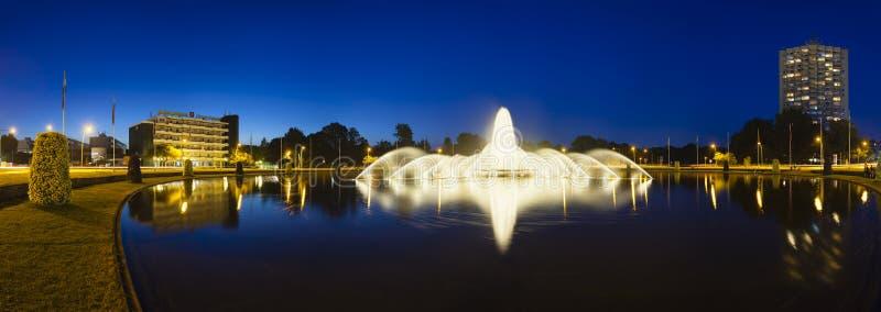 Fuente de Aquisgrán Europaplatz en la noche, editorial foto de archivo