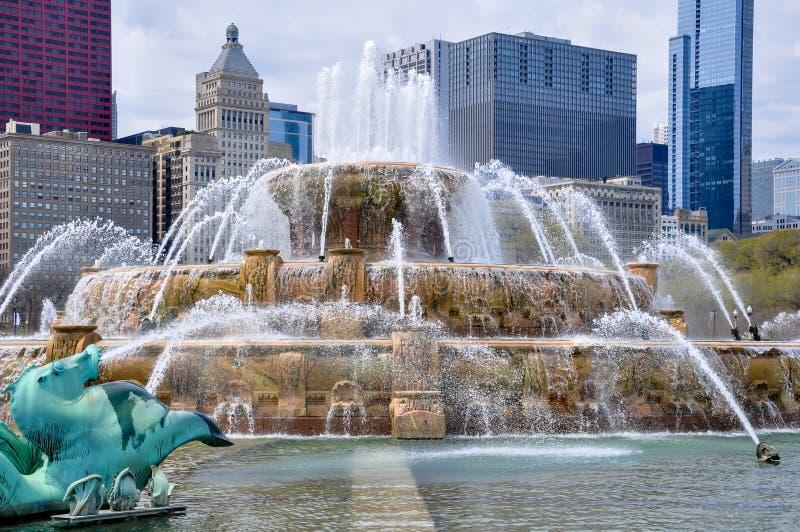 Fuente de Buckingham con el horizonte de Chicago en el fondo imagenes de archivo
