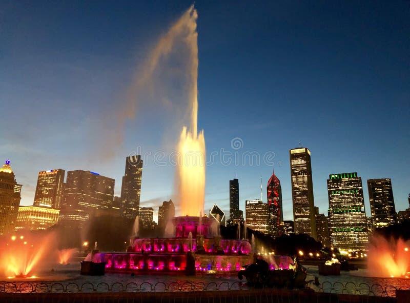 Fuente de Buckingham en luces rojas con un alto espray imagen de archivo libre de regalías