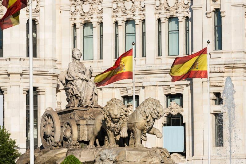 Fuente de Cibeles en Madrid y banderas españolas imagen de archivo libre de regalías