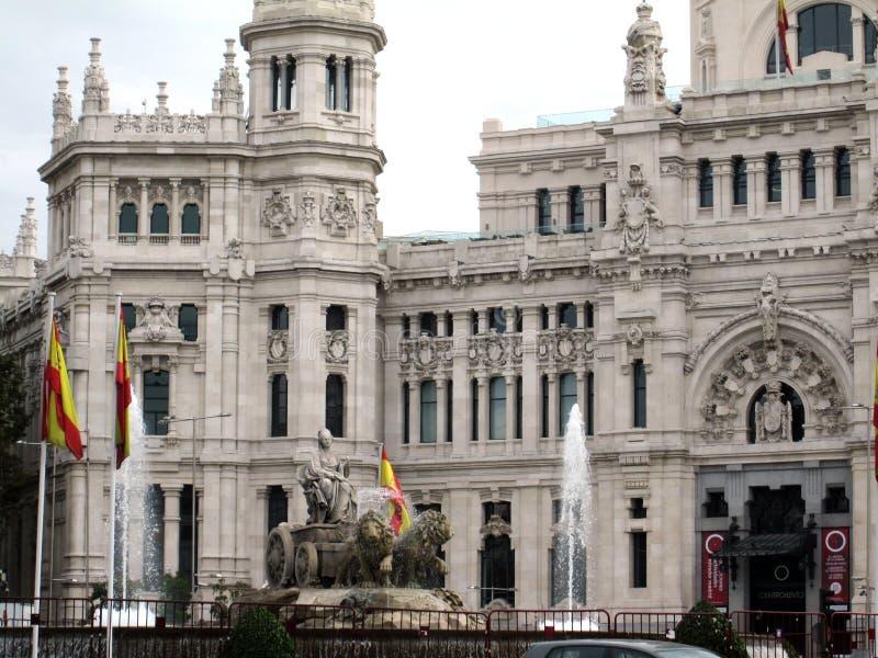 Fuente de Cibeles och Palacio de Correos av staden av Madrid som lokaliseras i plazaen av det samma namnet, i mitten av Spanisen royaltyfri fotografi