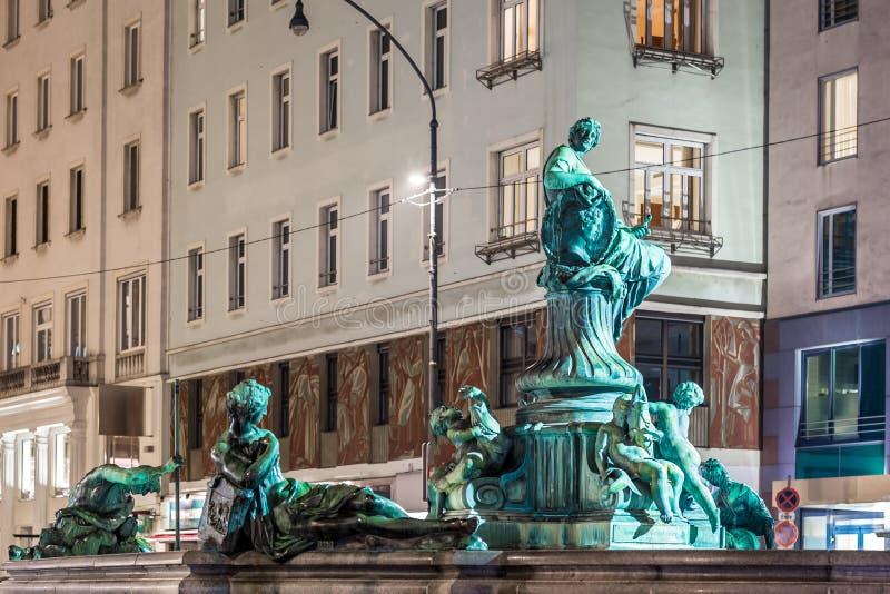 Fuente de Donnerbrunnen en Viena en tiempo de la Navidad foto de archivo