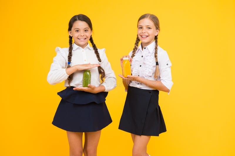 Fuente de energía del zumo de fruta Almuerzo escolar Los niños felices beben el smoothie Alimento sano Nutrici?n de la vitamina S fotos de archivo libres de regalías