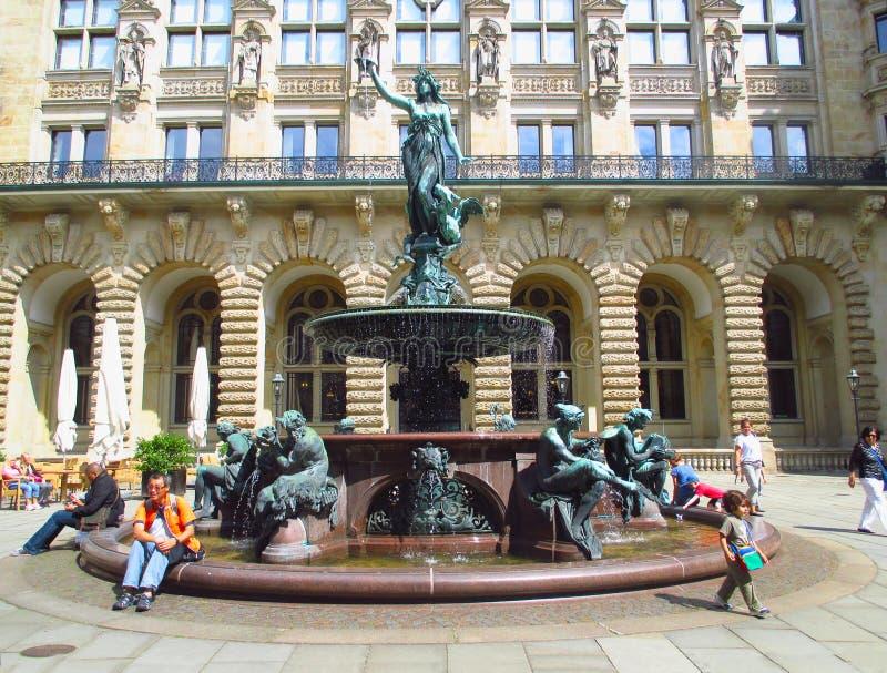 Fuente de Hygieia-Brunnen en la yarda interna ayuntamiento (Rathaus) en Hamburgo, Alemania fotos de archivo