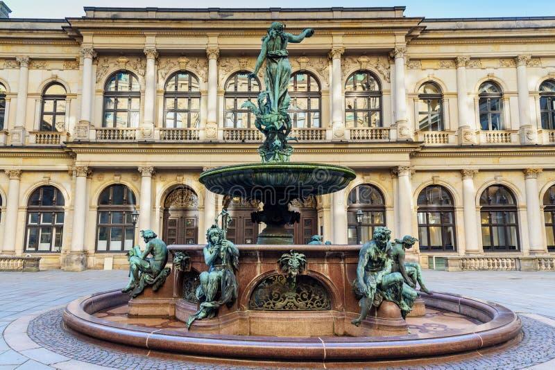 Fuente de Hygieia en el patio ayuntamiento o Rathaus Hamburgo alemania foto de archivo