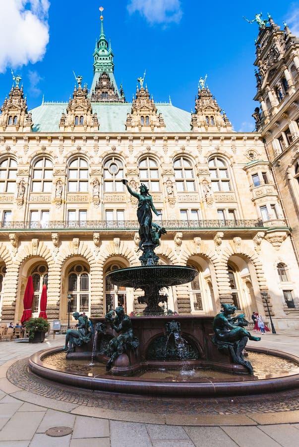 Fuente de Hygieia en el patio de Hamburgo Rathaus fotos de archivo libres de regalías