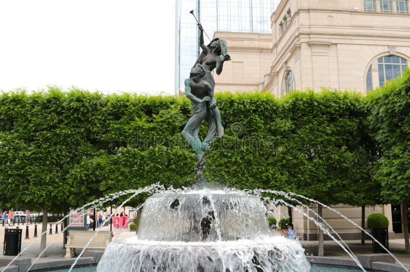 Fuente de la estatua y de agua en el centro Nashville de la sinfonía de Schermerhorn foto de archivo libre de regalías