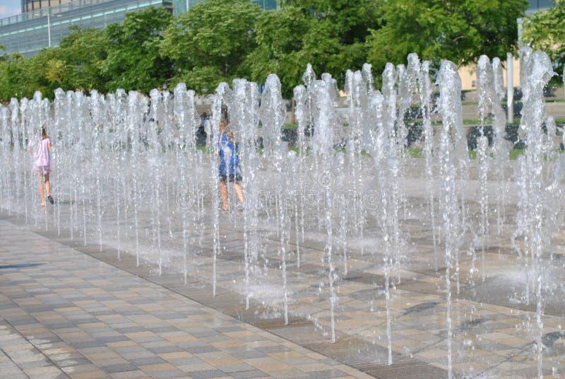 Fuente de la orilla del río de Detroit en la plaza del GM imagen de archivo