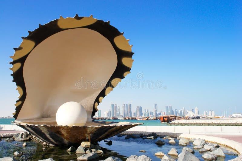 Fuente de la perla y de la ostra en el corniche - Doha Qatar imagenes de archivo