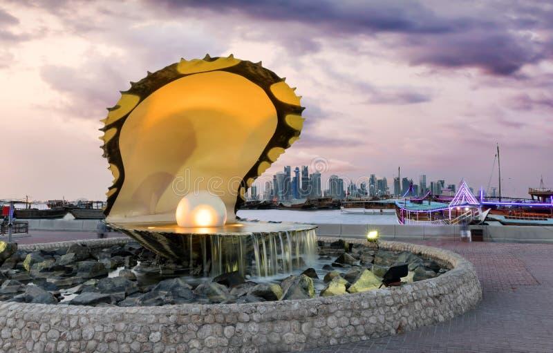 Fuente de la perla y horizonte de Doha fotos de archivo libres de regalías