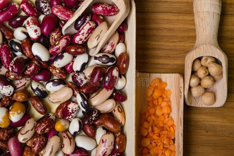 Fuente de la proteína del vegano Habas, lentejas, garbanzo Opinión superior sobre la tabla de madera Alimento vegetariano sano fotografía de archivo libre de regalías