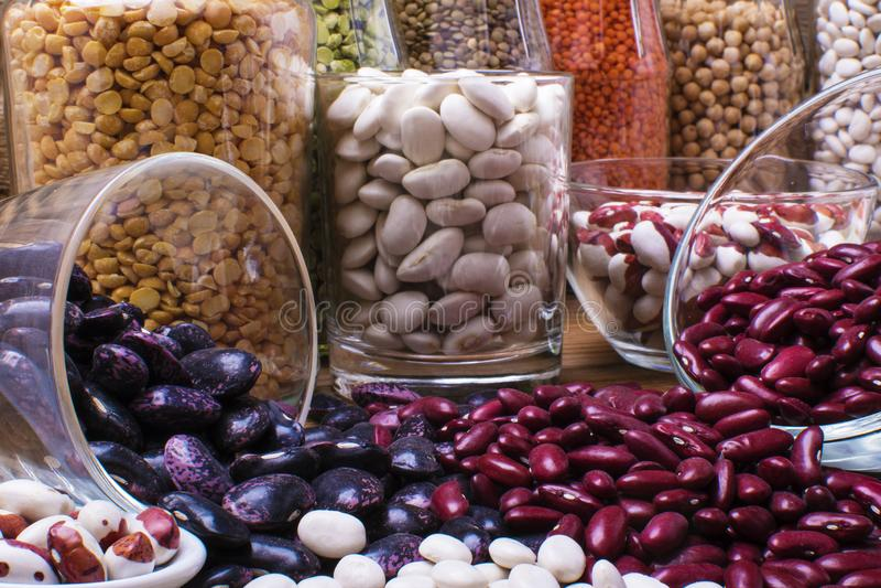 Fuente de la proteína del vegano Legumbres - lentejas, garbanzos, habas, haba roja imagenes de archivo