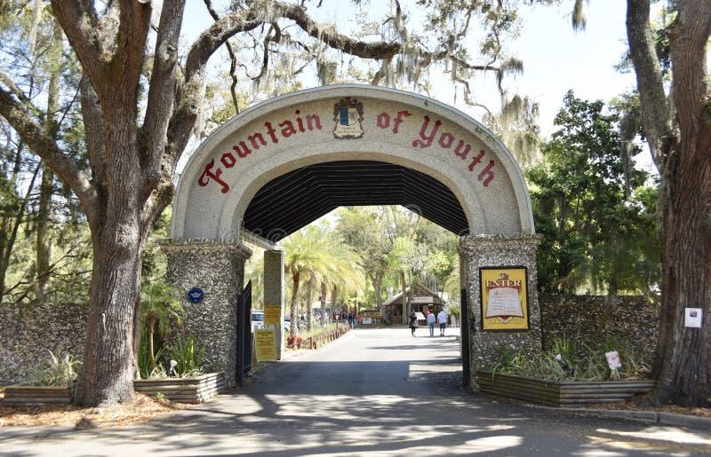Fuente de la puerta arqueológica del parque de la juventud, St Augustine, la Florida imagenes de archivo