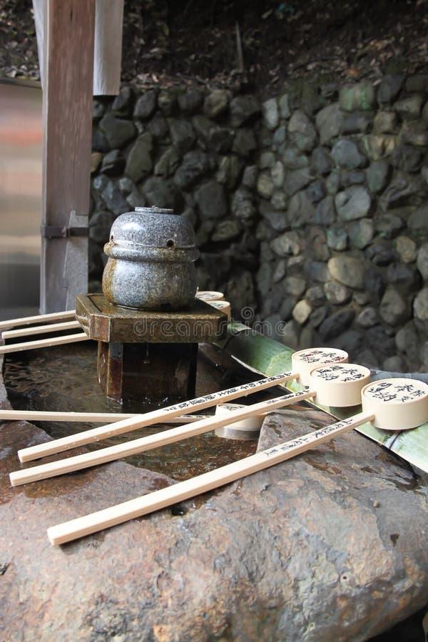 Fuente de la purificación con la cucharón en una capilla japonesa fotografía de archivo libre de regalías