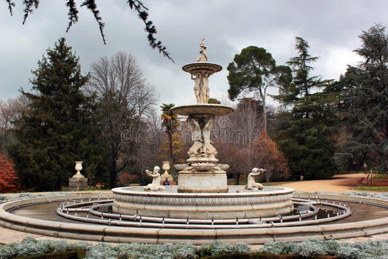 Fuente de las Conchas Springbrunn av skalen i Campo del Moro, Madrid, Spanien royaltyfria bilder