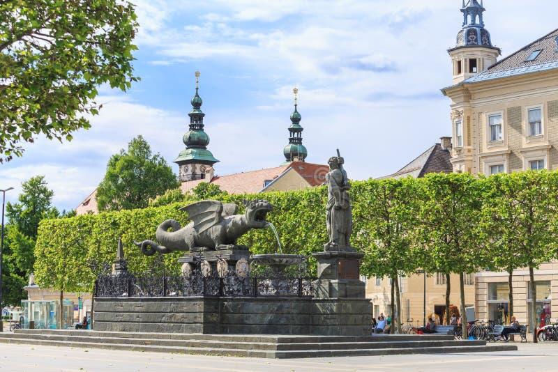 Fuente de Lindworm - símbolo de la ciudad Klagenfurt en Austria fotografía de archivo