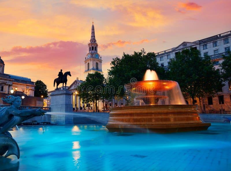 Fuente de Londres Trafalgar Square en la puesta del sol imagen de archivo libre de regalías