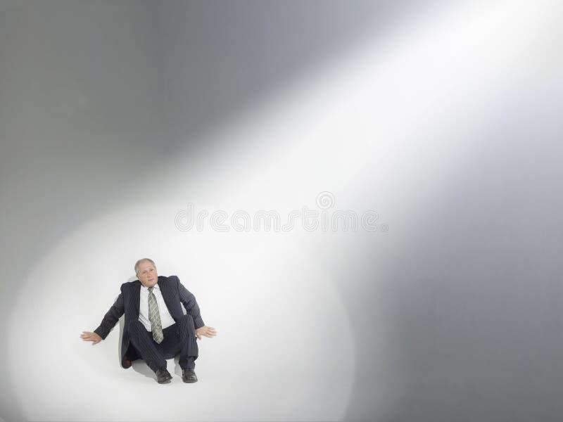 Fuente de Looking Up At del hombre de negocios de proyector fotografía de archivo