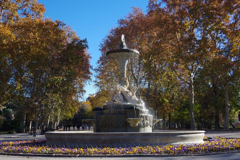 Fuente de los Galapagos parkerar in Retiro, Madrid, Spanien arkivbilder