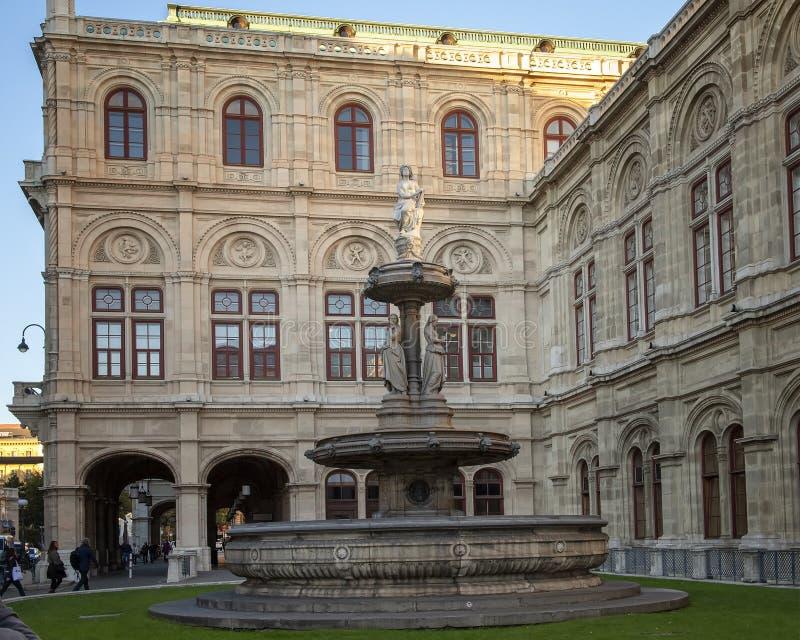 Fuente de mármol, teatro de la ópera del estado de Viena del lado izquierdo, Austria fotos de archivo