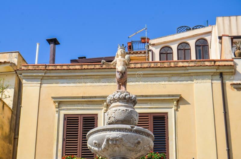 Fuente de Minotaur en Taormina, Sicilia imagenes de archivo